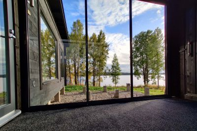 Korkea lasitettu terassi kauniilla järvimaisemalla